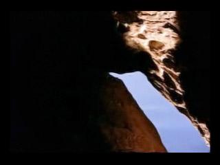 Jesús es puesto en el sepulcro.