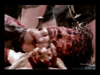 Jesús es clavado en la cruz.