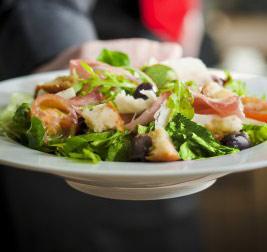 Ensalada nutritiva de fajitas de pollo, vegetales y queso