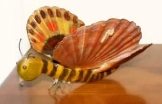 Mariposa de madera con conchas como alas