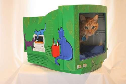 Casa para gato con viejo monitor