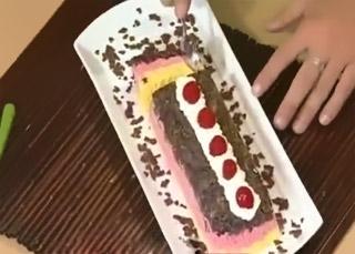 Pastel helado de fresa con vainilla y chocolate